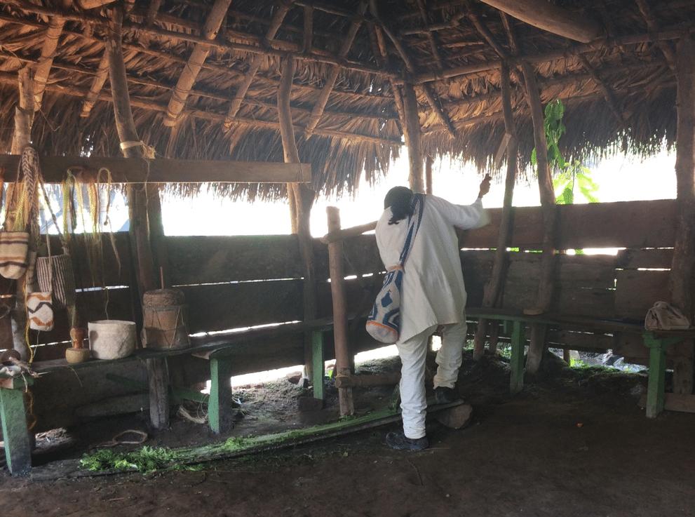 Homme Wiwa, indigène colombien travaillant